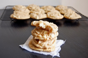 Gluten Free White Chocolate Vanilla Cookies {the base of a snickerdoodle just bursting with white chocolate chips!} | emthebaker.com